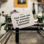 ceci n'est pas un message à caractère informatif - pancarte letterpress - Super Marché noir