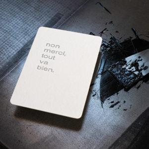 Non merci, tout va bien. - Carte postale letterpress - Super Marché noir