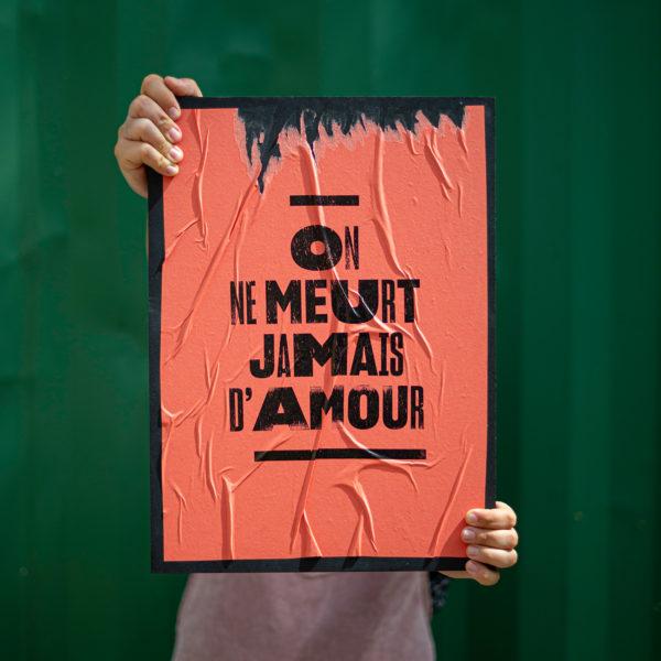 on ne meurt jamais d'amour - handsaway - agressions sexistes sexuelles - consentement - harcelement de rue - lutte - militantisme - activisme - laissez-la penser - super marché noir - letterpress - objet édition - punchline - collage féministe - féminisme - graphisme de rue